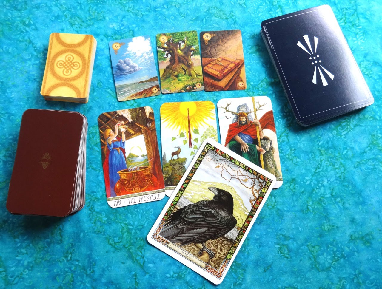 Sự Khác Nhau Giữa Bộ Bài Tarot, Oracle và Lenormand