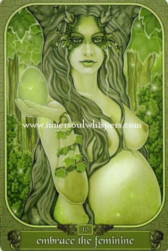 Giải nghĩa lá Embrace the feminine trong bộ Messenger Oracle