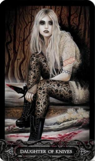 Ý nghĩa lá bài Daughter of Knives trong bộ bài Tarot of Vampyres