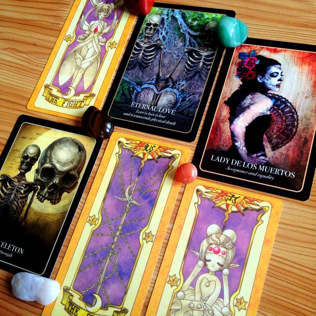 Muốn một trải bài đầy đủ thông tin, chúng ta có thể tạo nên một trải bài với những thông tin ta cảm thấy cần thiết nhất. Ảnh: Nguyễn Hiếy, bộ bài: Halloween Oracle & Clow Cards