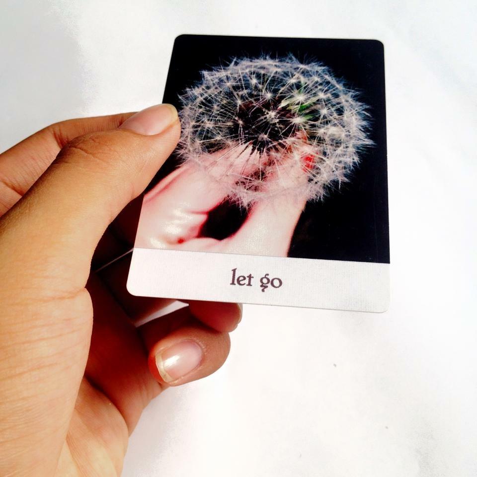 Sự buông bỏ là dấu hiệu dễ dàng nhất giúp ta tự nhìn nhận lại mối quan hệ của mình.<br /> Ảnh: Nguyễn Hiếy, bộ bài: Oracle Everywhere
