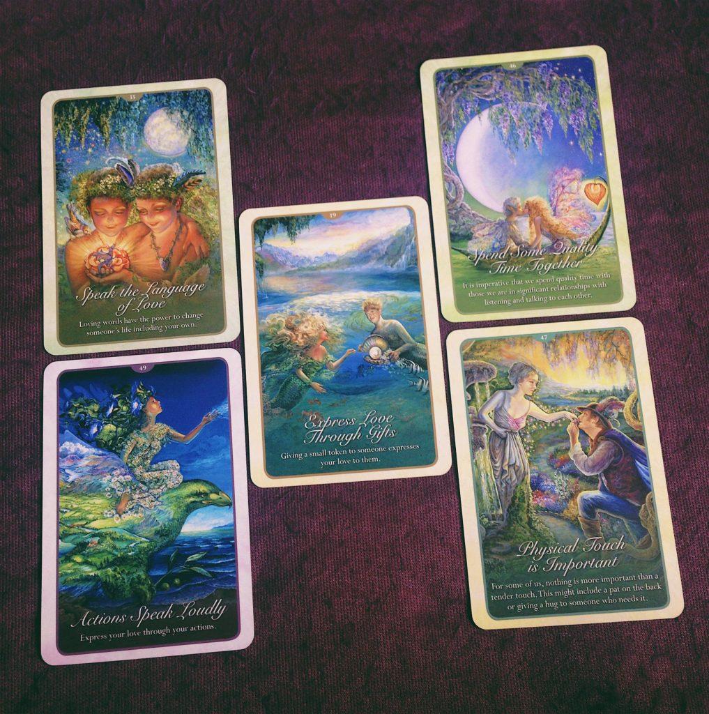 5 Ngôn Ngữ Tình Yêu Trong Bài Oracle Ảnh: Nguyễn Hiếy Bộ bài: Whispers Of Love Oracle Cards