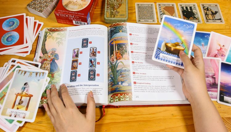 Wisdom of the Oracle Divination Cards – Sách Hướng Dẫn