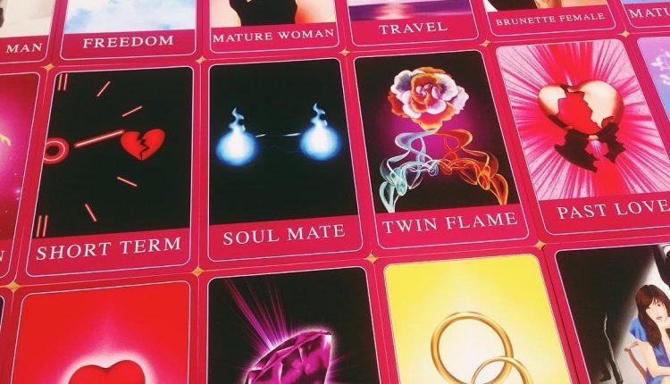 Amira's Love Oracle – Kết Tinh Hoàn Hảo Của Bộ Bài Tình Yêu